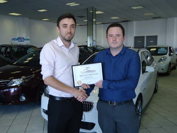 David Griffin, (left) MD of Bill Griffin Motors receiving award from Alan Stanley, Dublin Sales Manager of CarsIreland.ie